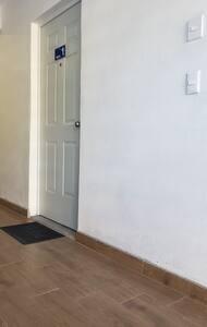 Esta es la puerta de entrada al Apto. 1, se encuentra ubicado justo a la entrada al edificio sin escalones ni escaleras