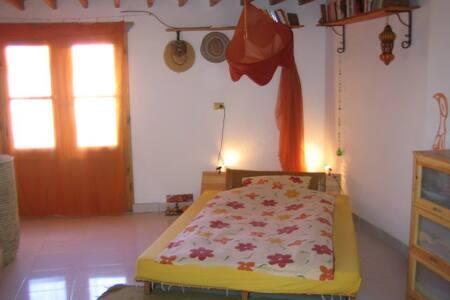 Zwischen dem Bett und dem Tisch besteht ein Abstand von ca. 1.20 m