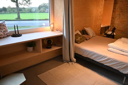 De rolstoeltoegankelijke slaapkamer met eigen badkamer bevindt zich op gelijkvloers