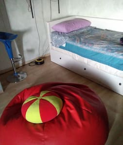 מרווח גדול סביב המיטה