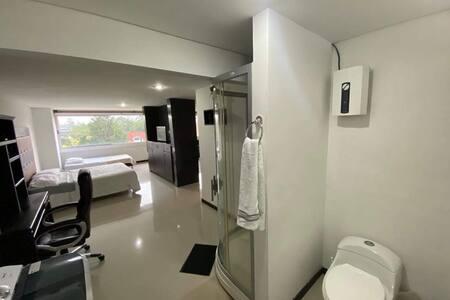 Ducha independiente del servicio de lavamanos y sanitario.