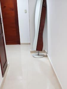 amplio pasillo que conduce a las habitaciones y baños.