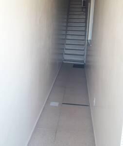 Temos essa escada para descer até ate a casa.