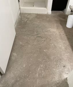 No stairs to enter bathroom