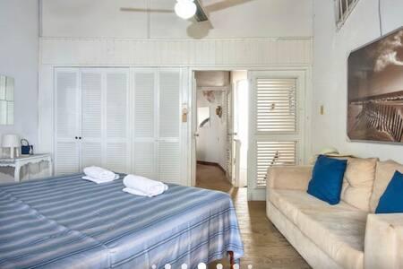 Puerta de dos hojas en acceso a habitación principal. Se requiere subir escalera.