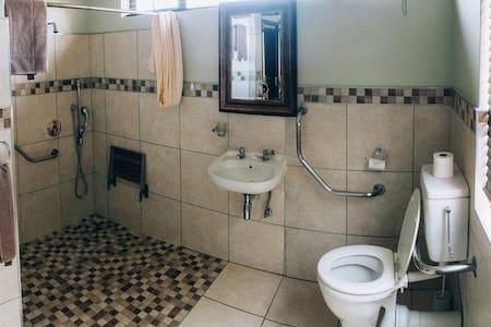 Fest montierte Haltestangen fürs WC