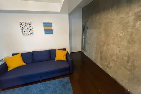 Wide entrance to apartment. Entrada amplia al apartamento.