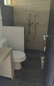 Esta baño comoleto se encuentra en la Planta Baja, la entrada es de tamaño normal.