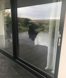 Small door lip. Full slide door entrance.