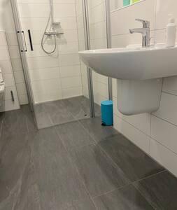 Waschbecken unterfahrbar. Dusche öffnet linke und rechte Seite.