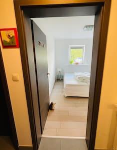 Porte d'entrée de la chambre sans marche d'une largeur de 81,7 cm