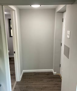 Full bathroom to left directly in fromthe entrance