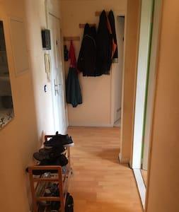De ingang naar de kamer heeft geen drempel