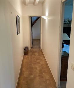 La chambre 1 est accessible apt la porte à droite sur la photo