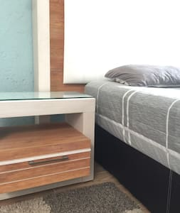 Acceso amplio y cómodo alrededor de la cama.
