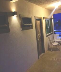 Essa é a entrada da suíte térrea, que tem acesso através de rampa + barras de segurança no banheiro.
