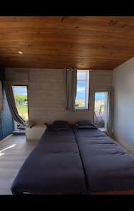 Chambre de 2 personnes de pnain pied . 2 lits de 1 personne .