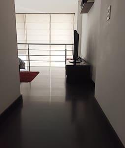 entrada ancha hacia la habitación
