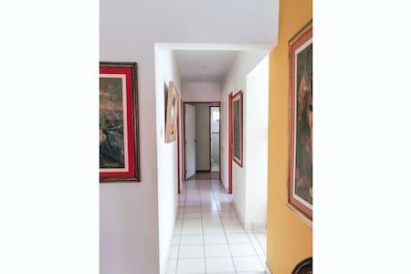 El corredor y los dormitorios están al mismo nivel