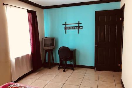 Amplio dormitorio y puerta grande.
