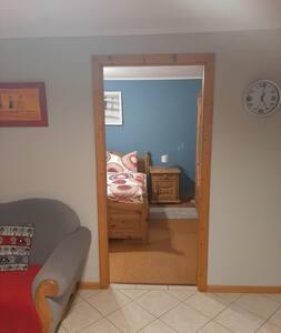 Blick vom Wohnzimmer ins Schlafzimmer.
