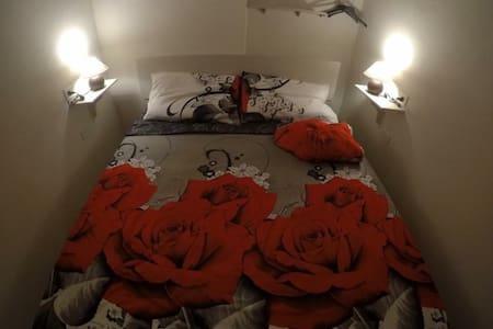 La camera da letto con il letto contenitore