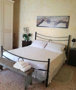 床的四周有額外空間