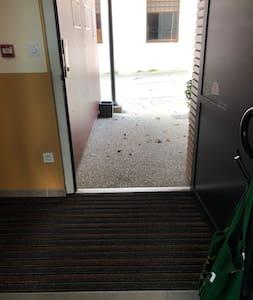 Porte entrée au hall intérieur pour accéder au lodge mimosa PMR au Rdc
