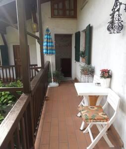 terrazza esterna .tutto l'appartamento è in piano bagno ,camera tripla e cucina...la camera esterna ha due gradini