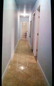 corredor para acesso em dois quartos