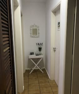 Corredor para os quartos: sem degraus, sem tapetes, portas de quartos e banheiros de 82cm.