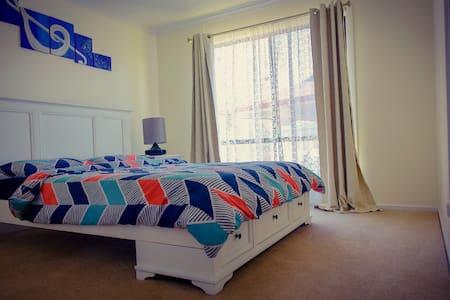 Espace supplémentaire autour du lit