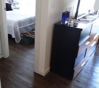 कमरे में दाखिल होने के लिए बिना सीढ़ियों वाला प्रवेशद्वार