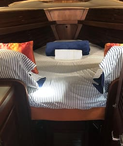 Main cabin bed, nice and cozy, the AC will blast you, if you chose to sleep on the left side. Great after a day of fun in the sun!
