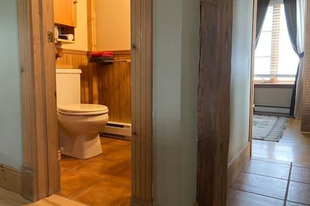 La salle de toilette est au même niveau que le plancher du rez-de-chaussée du loft.