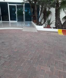 Amplia y accesible entrada al Edificio Torre Mil Decameron Centinela