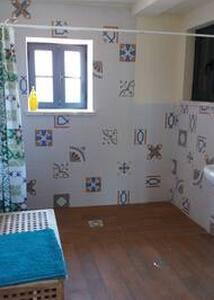 deur naar badkamer en slaapkamer 1 meter breed.geen drempels