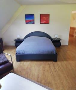 床邊有額外空間