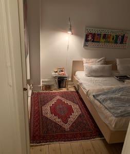 Espaço extra à volta da cama