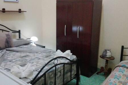 Habitación triple con 1 cama matrimonial y 1 cama personal.
