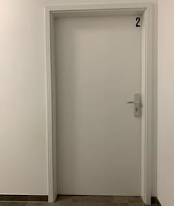 Die Zimmertür ist 90cm breit.