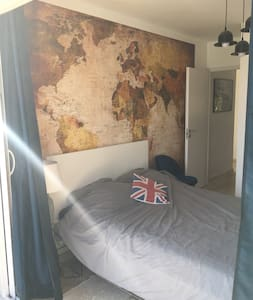 Chambre du rez-de-chaussée  Lit 140 Accé direct à la terrasse par sa  porte fenêtre