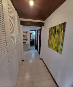 corredor de cesso aos dois quartos  térreos