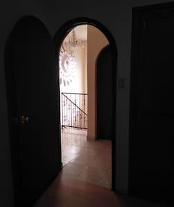 Vista del interior de la habitación hacia pasillo. Planta alta.
