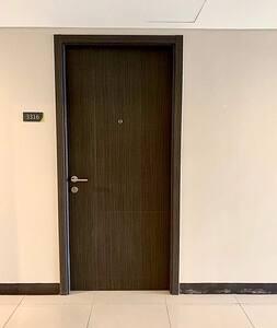 Hyrje pa shkallë për në dhomë
