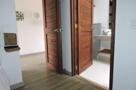 El ingreso a las habitaciones y baños es plano, las puertas tienen un ancho libre de 0.71cm