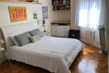 A cama está localizada no meio do quarto / The bed is located in the middle of the bedroom.
