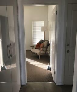 King bedroom: door width 81cm