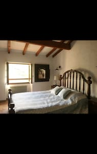 Chambre sur une superficie de 25m2 avec lit de deux places, agencée avec bureau et rangements