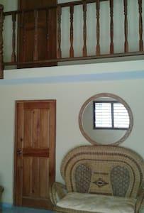 Esas 2 puertas son de las habitaciones, para la primera habitación que se encuentra en los bajos se accede fácilmente.